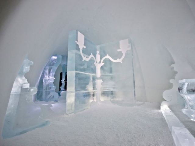 Un chandelier comme pièce maîtresse de l'espace - Hôtel de glace suite Rococo