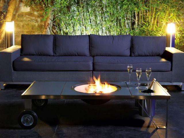 Un salon extérieur festif grâce à une table brasero multifonctions - Des salons d'extérieur bien au chaud