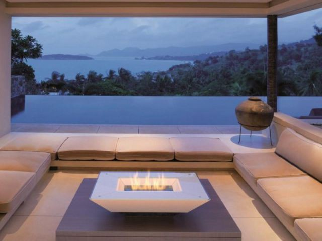 Un salon d'inspiration marocaine sur la terrasse chauffée par un brasero à l'éthanol - Des salons d'extérieur bien au chaud