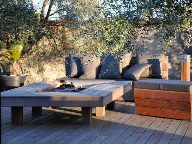 Un feu de bois intégré à une table basse pour un salon très nature - Des salons d'extérieur bien au chaud