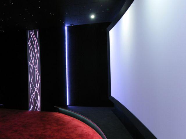 Un écran panoramique en ultra haute définition - Salle de cinéma privée