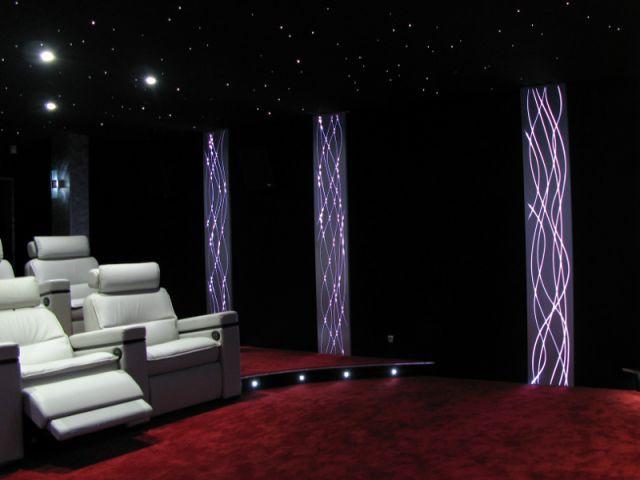 Des panneaux muraux qui créent l'ambiance lumineuse de la salle - Salle de cinéma privée