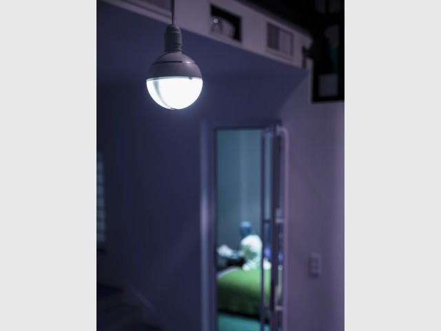 Une ampoule qui détecte la présence d'intrus dans le logement via une caméra intégrée - Ampoule connectée