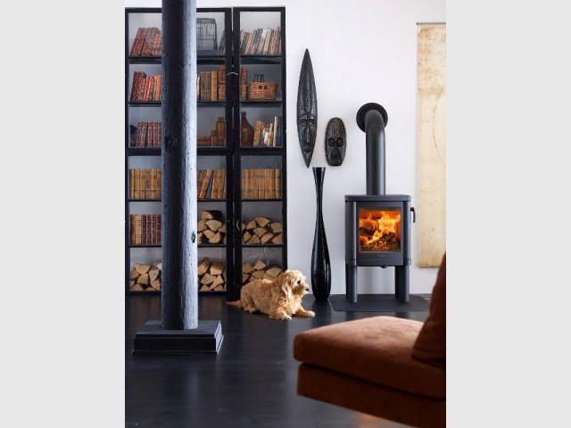 Une bibliothèque où se mêlent bois et livres - Solutions esthétiques pour ranger son bois de chauffage