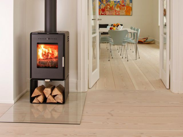 Un espace de stockage directement sous le poêle - Solutions esthétiques pour ranger son bois de chauffage