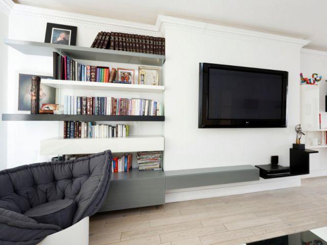 Un aménagement pensé autour de la grande télévision - Un appartement fonctionnel et rafraichissant aux touches de couleurs pop