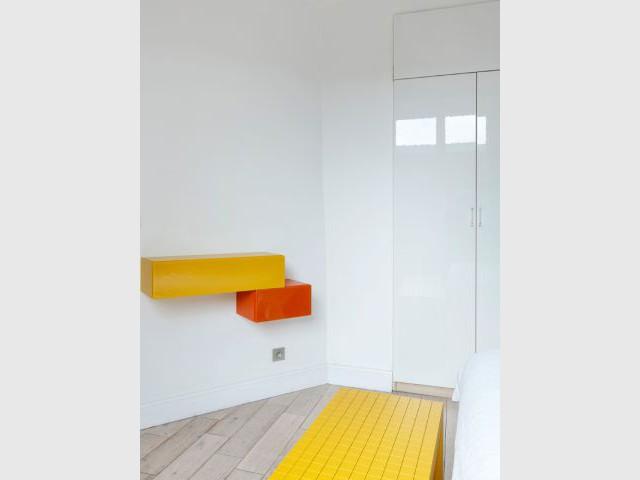 Une console colorée en écho à la tête de lit - Un appartement fonctionnel et rafraichissant aux touches de couleurs pop
