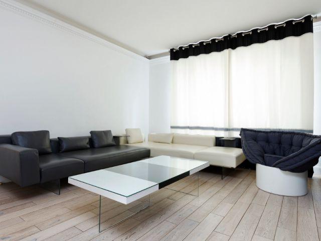 Un salon épuré aux tonalités neutres - Un appartement fonctionnel et rafraichissant aux touches de couleurs pop