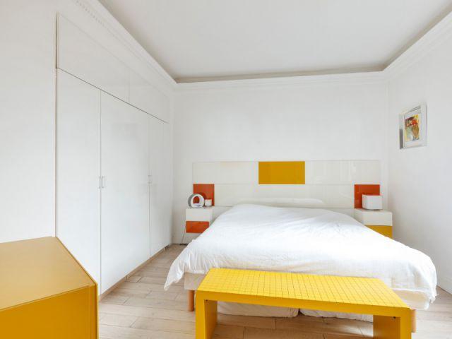 Une chambre entièrement blanche égayée par des touches de jaune - Un appartement fonctionnel et rafraichissant aux touches de couleurs pop