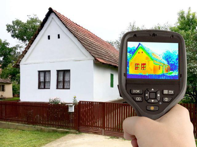 Une caméra thermique mesure les déperditions de chaleur