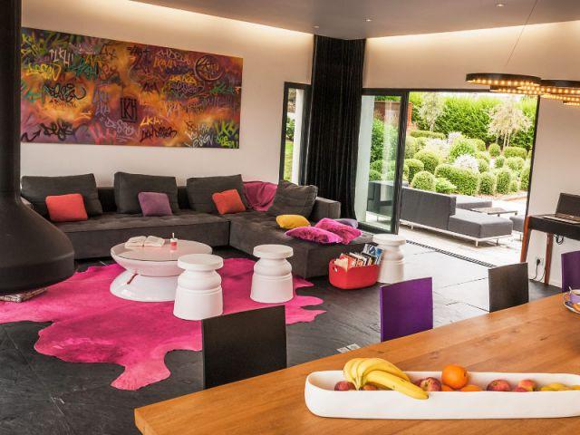 Un salon coloré, design et convivial - Une longère bretonne devenue demeure design