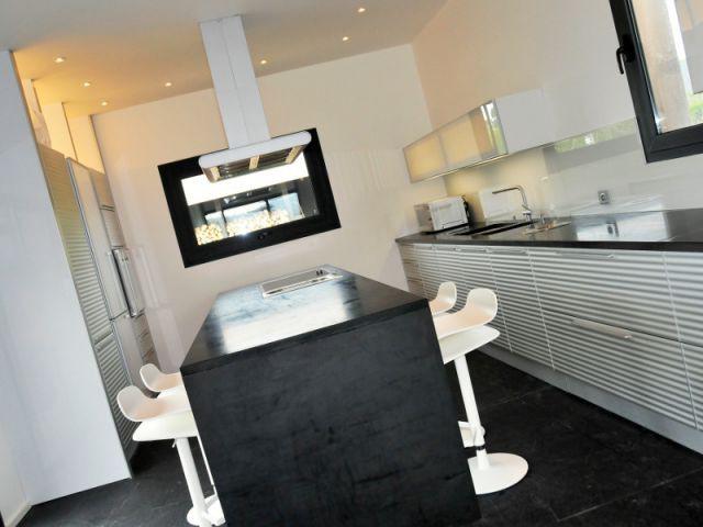 Une cuisine familiale et design avec vue sur la mer - Une longère bretonne devenue demeure design