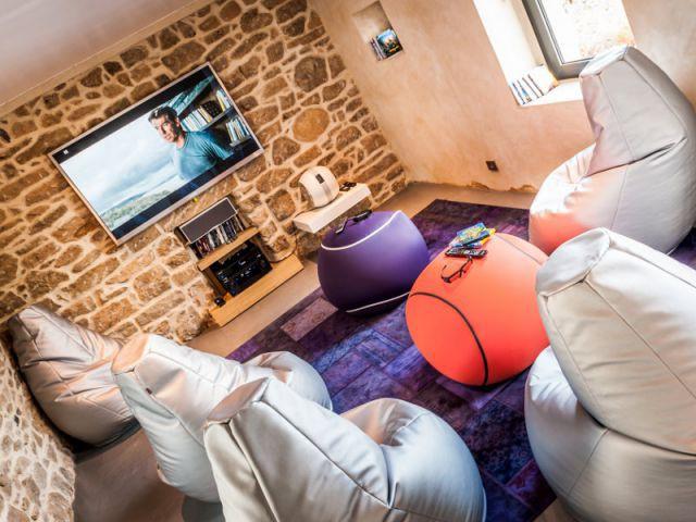 Un home cinema aux couleurs acidulées - Une longère bretonne devenue demeure design