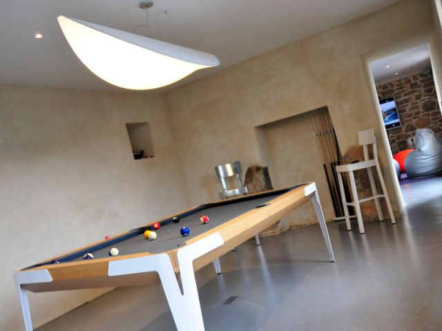 Un billard signé Ora-Ito dans la salle de jeux - Une longère bretonne devenue demeure design