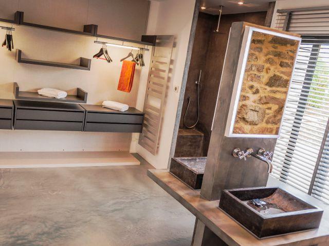 Une salle de bains aux matériaux naturels - Une longère bretonne devenue demeure design