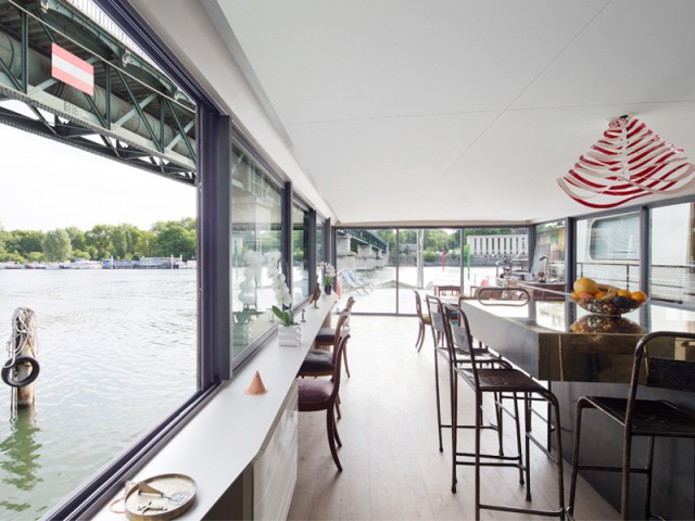 Une péniche avec vue panoramique sur la Seine