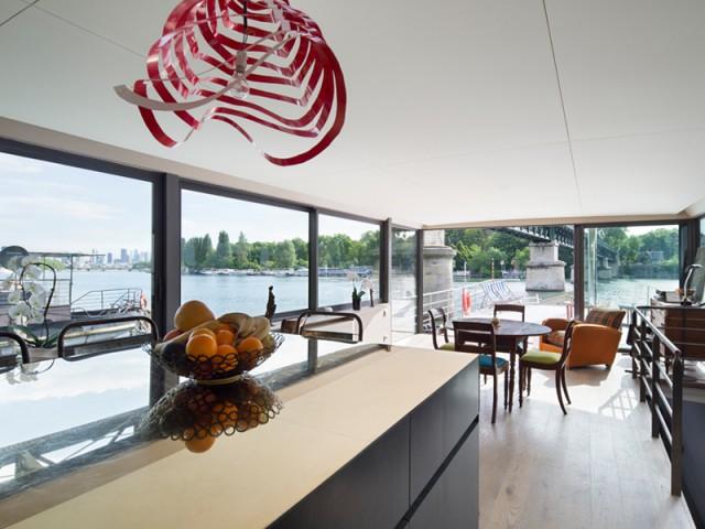 Une cuisine ouverte sur la salle à manger - Une péniche avec vue panoramique sur la Seine