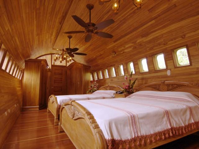 Deux chambres au mobilier en bois travaillé - Hôtel 727 Fuselage