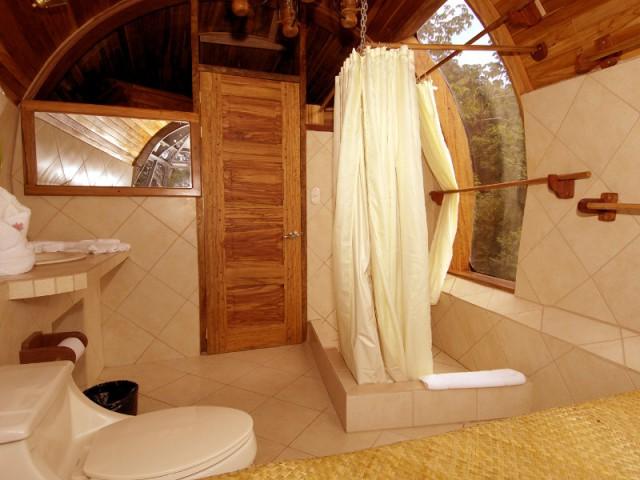 Deux salles de bains privatives avec vue sur la jungle - Hôtel 727 Fuselage