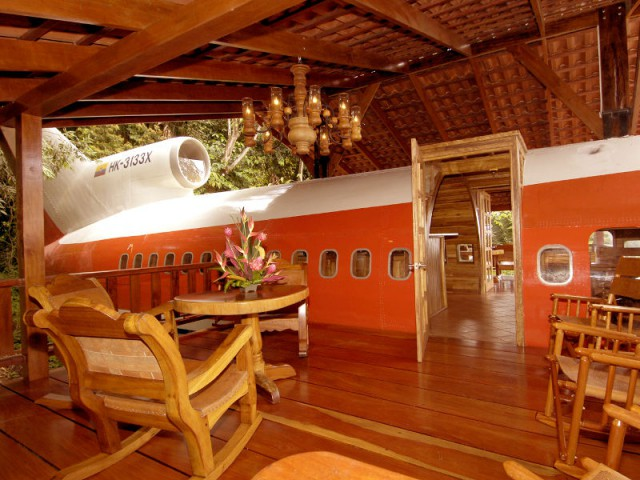 Deux terrasses aménagées sur les ailes de l'avion - Hôtel 727 Fuselage
