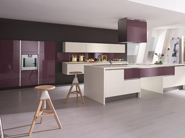 une hotte de cuisine une hotte cubique qui fait cho aux placards de la cuisine ces hottes de. Black Bedroom Furniture Sets. Home Design Ideas