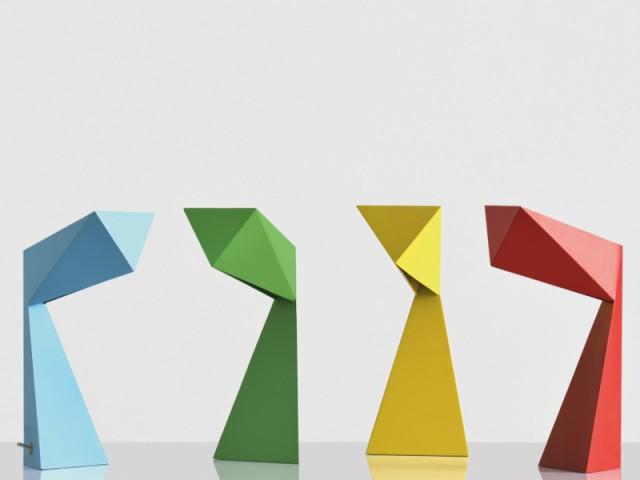 Des lampes colorées en acier plié comme du papier - Jeux de pliage