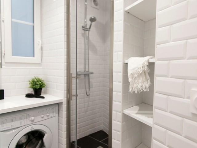 Une fenêtre réduite pour laisser place à une douche à l'italienne - Budget serré pour une rénovation complète