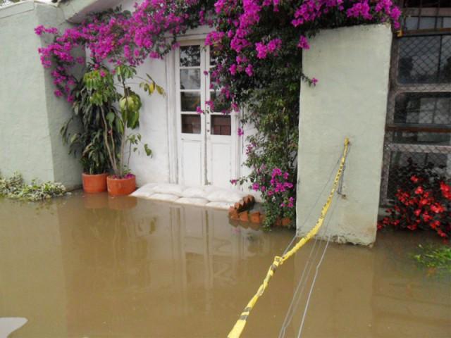 Placer un sac anti-inondation sur le pas de sa porte pour faire barrage à l'eau - Inondations