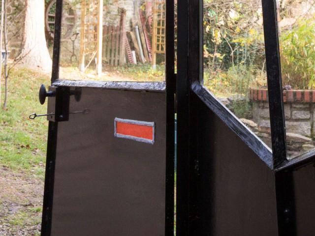 Des insertions de verre orange pour dynamiser la verrière noire - Une verrière contemporaine