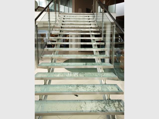 Un escalier en verre aux marches poétiques - Art contemporain sur verre