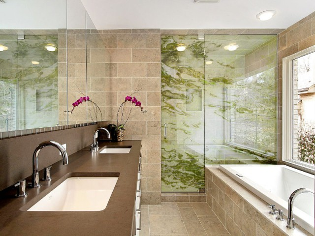 Une paroi de douche nature comme un prolongement du revêtement mural - Art contemporain sur verre