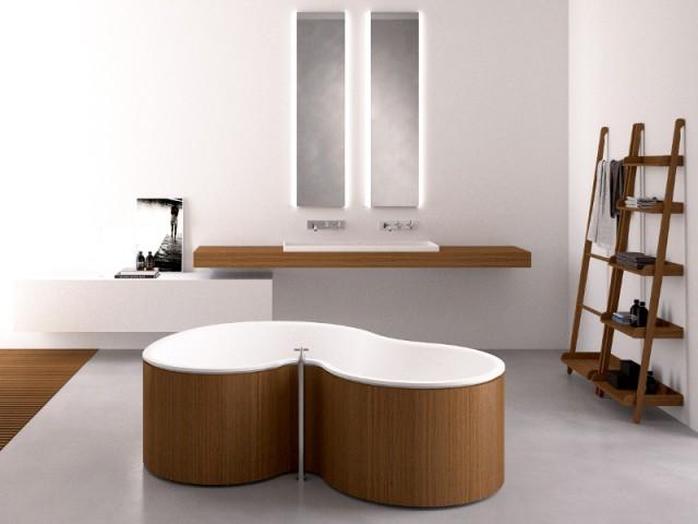 Une baignoire asymétrique au coeur d'une salle de bains zen - Une baignoire au milieu de la salle de bains