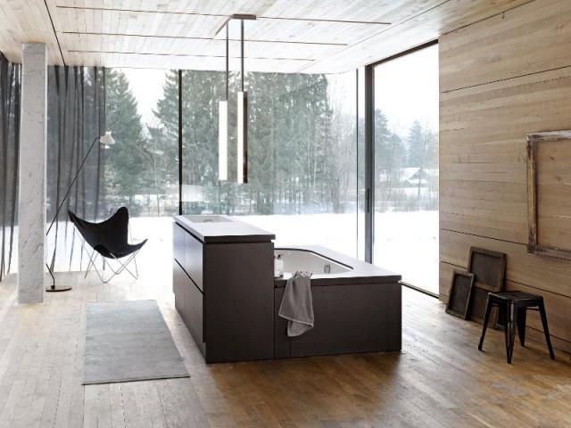 Une baignoire coffrée dans une salle de bains tout en bois - Une baignoire au milieu de la salle de bains