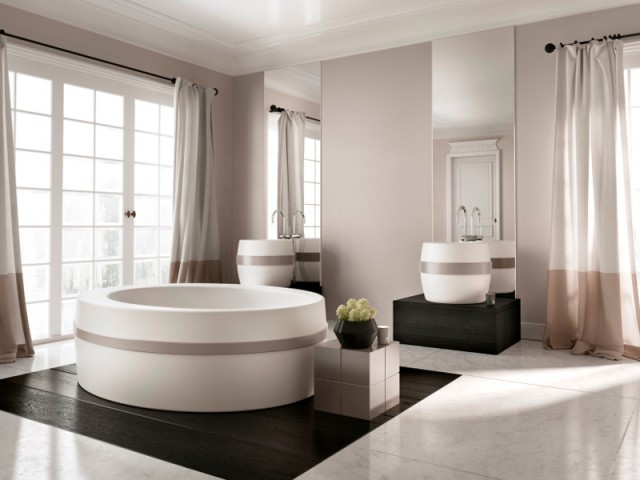 Une baignoire ceinturée dans une salle de bains bicolore - Une baignoire au milieu de la salle de bains