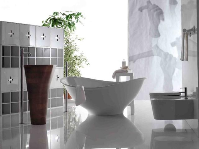 Une baignoire vintage au milieu d'une salle de bains éclatante - Une baignoire au milieu de la salle de bains
