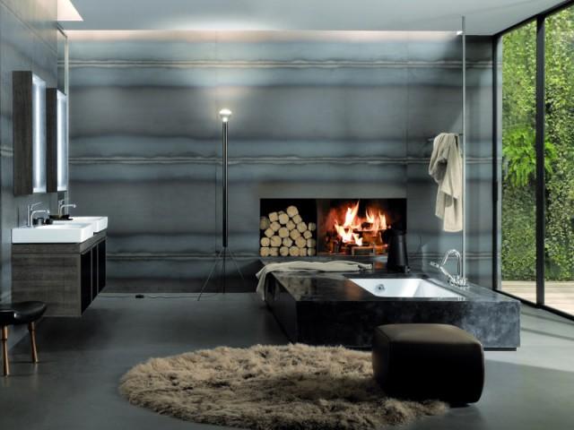 Une baignoire coffrée dans une salle de bains avec cheminée - Une baignoire au milieu de la salle de bains