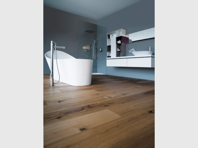 Une baignoire enveloppante au milieu d'une salle de bains en hauteur - Une baignoire au milieu de la salle de bains