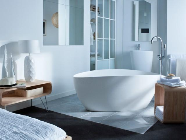 Idées d\'aménagements salle de bains : une baignoire en îlot