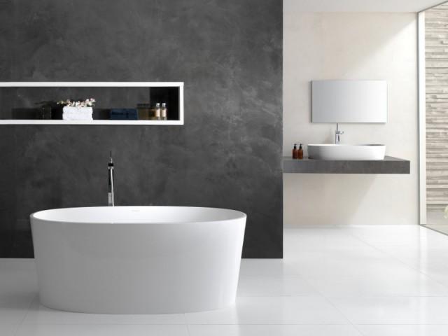 Une baignoire parfaitement ovale au centre d'une salle de bains contemporaine - Une baignoire au milieu de la salle de bains