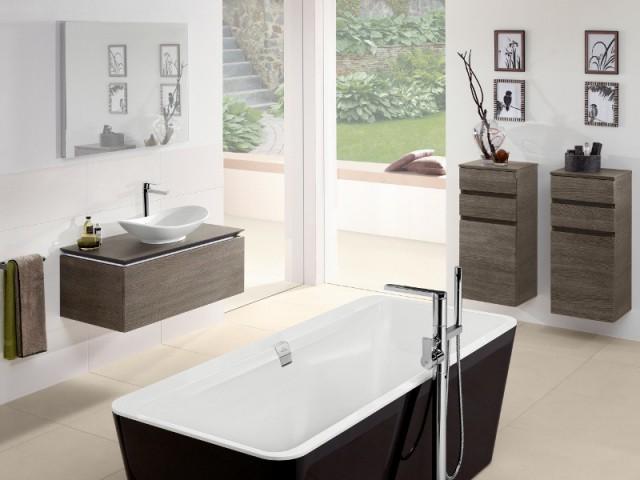 Une baignoire noire au coeur d'une salle de bains nature - Une baignoire au milieu de la salle de bains