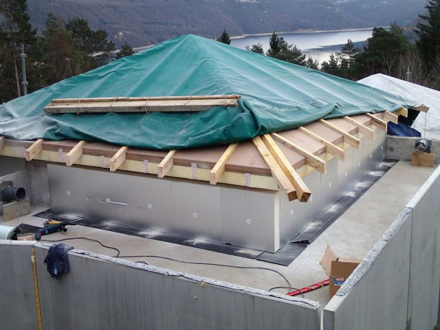La toiture métallique viendra recouvrir l'isolant et les chevrons bois - Chalet Jura