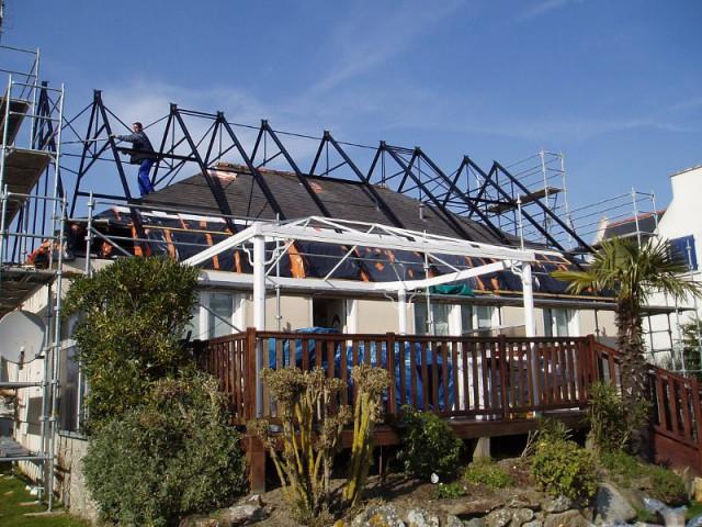 Une structure posée directement sur la toiture existante  - Un pavillon change de toiture et gagne 70 m2