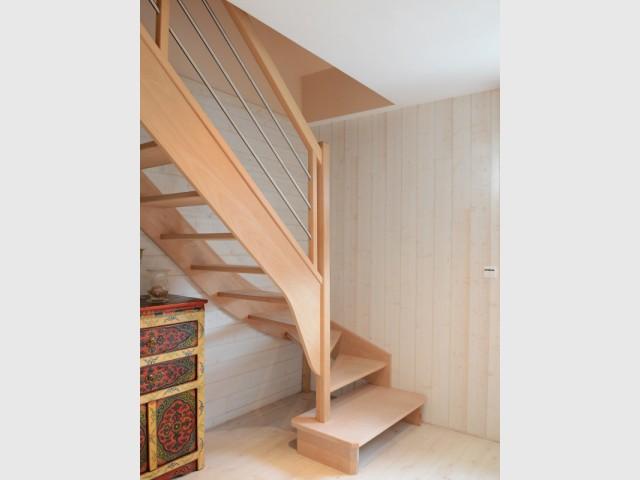 Création d'un escalier pour accéder aux combles désormais devenus un étage à part entière - Un pavillon change de toiture et gagne 70 m2