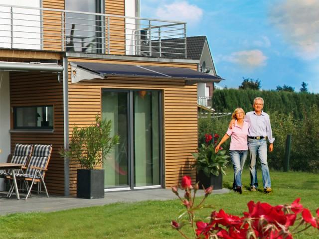 Un auvent brise-soleil équipés de capteurs photovoltaïques à ajouter à la façade - Panneaux photovoltaïques
