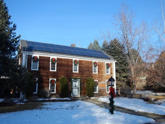 Un pan de toiture entièrement recouvert de panneaux - Panneaux photovoltaïques