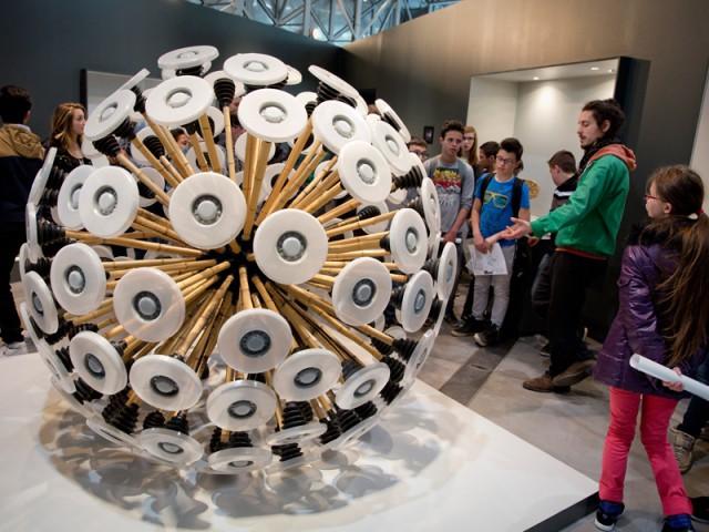 Une boule design pour faire exploser sans danger les mines antipersonnel - Biennale de design Saint-Etienne 2015