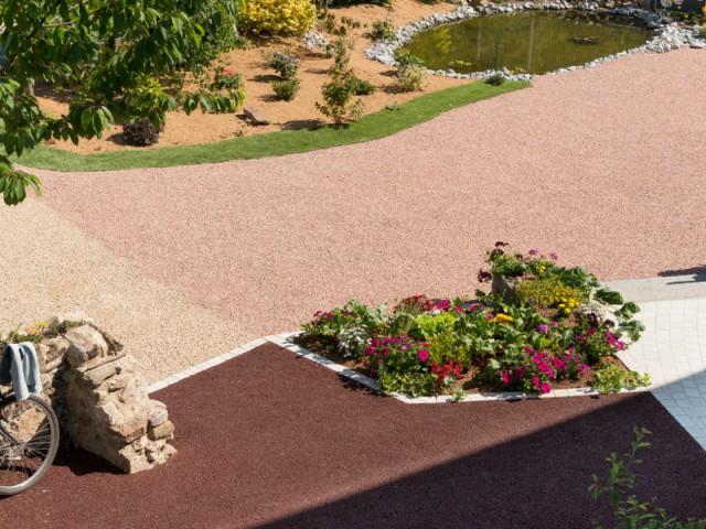 Face à l'extension, une cour couleur corail - Aménagement d'une cour