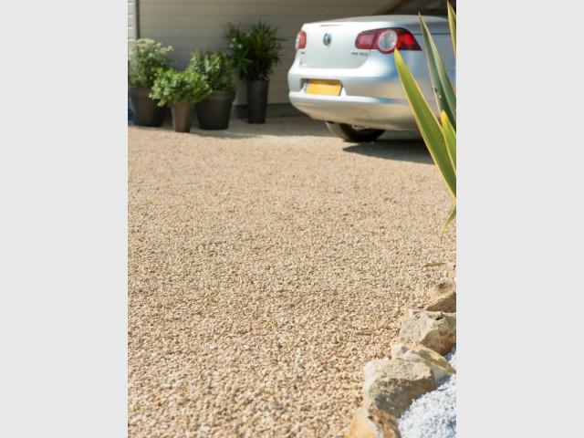 Sous le parking couvert, une plaque alvéolée pour drainer l'eau - Aménagement d'une cour