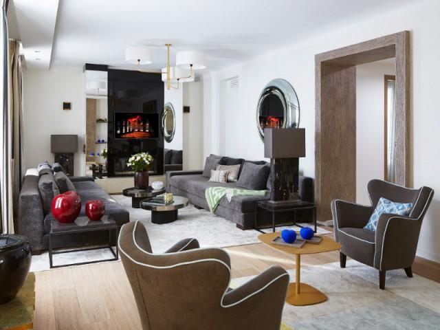 Un salon chaleureux où l'art a toute sa place - Un appartement graphique revisite les codes classiques parisiens