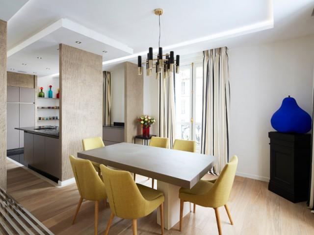 Une salle à manger colorée qui mélange les genres  - Un appartement graphique revisite les codes classiques parisiens